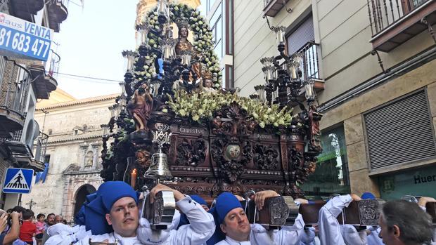 La imagen de la Virgen de la Aurora a su paso por las calles lucentinas