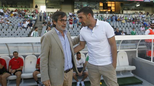 Luis Carrión recibe el apoyo de Carlos González antes de empezar el partido