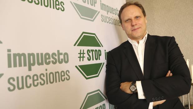 Daniel Lacalle posa para ABC con el cartel de Stop Impuesto Sucesiones en Sevilla
