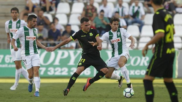 Víctor Mena y Caballero presionan a Álvaro Giménez, en un momento del Córdoba CF-Alcorcón