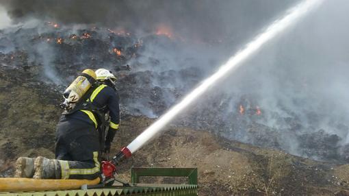 Un bombero del SEIS de Córdoba en el interior del vertedero