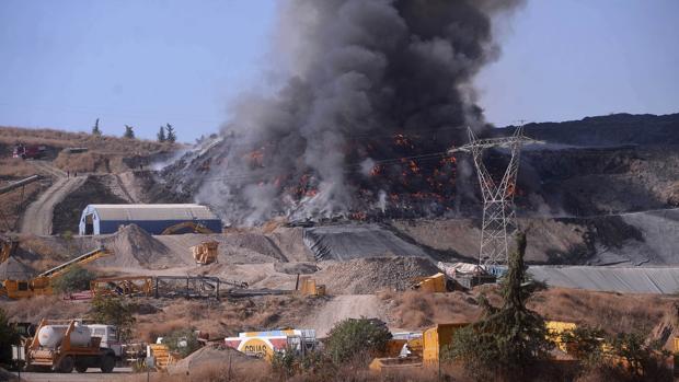Las llamas continúan este lunes en la planta privada de residuos a las afueras de Córdoba