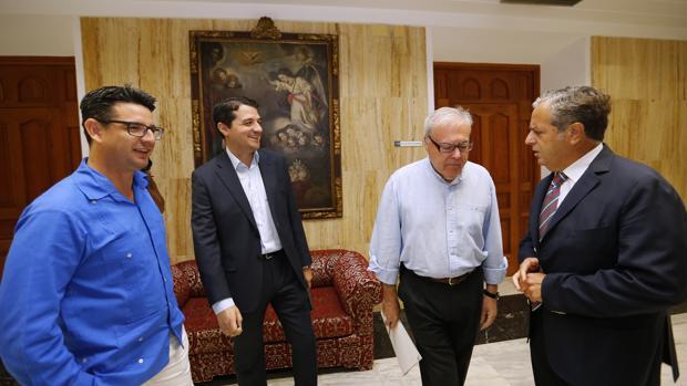 García (IU) junto a Bellido y Fuentes (PP), que conversan con Aumente (PSOE)