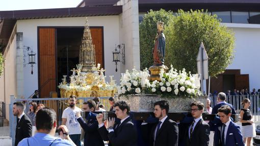 La Virgen de la Fuensanta, con la Custodia de Arfe al fondo