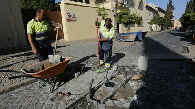 Dos operarios colocan la base de al pilona este martes en la calle Amador de los Ríos