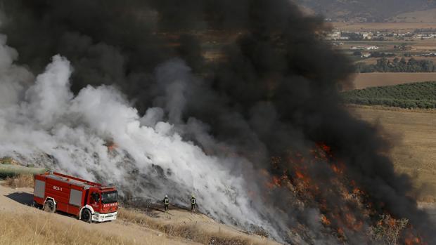 Bomberos trabajando en el incendio de Guadalcázar