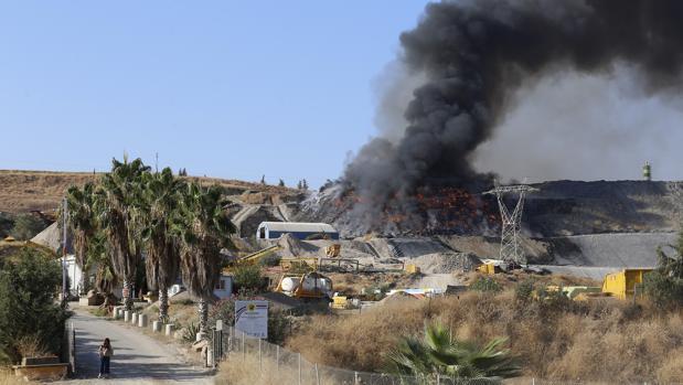 Columna de humo negro sobre la planta de reciclaje incendiada, el lunes por la mañana