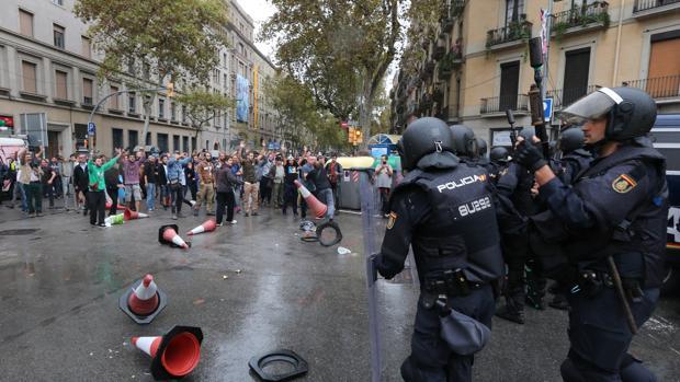 Manifestantes se enfrentan a los policías durante la jornada electoral en el referéndum del 1-O