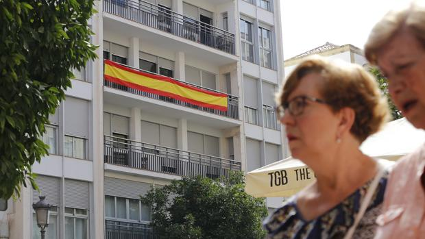 Bandera española en un balcón de un piso de Córdoba