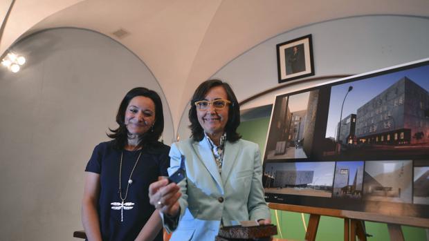 Rafaela Crespín junto a la consejera Rosa Aguilar