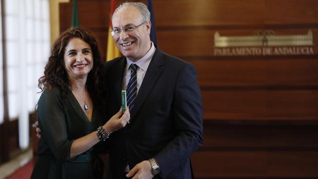 La consejera de Hacienda, María Jesús Montero, entrega el Presupuesto 2018 al presidente del Parlamento, Juan Pablo Durán