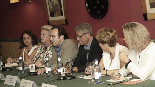 Participantes el pasado martes en el debate sobre la subasta de medicamentos en el Club Antares