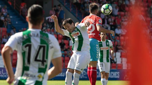 Jovanovic pugna por un balón aéreo, en un instante del partido entre el CD Lugo y el Córdoba CF