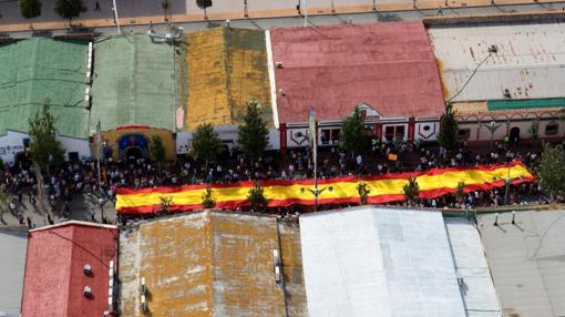 La enorme bandera de España por las calles de Fuengirola