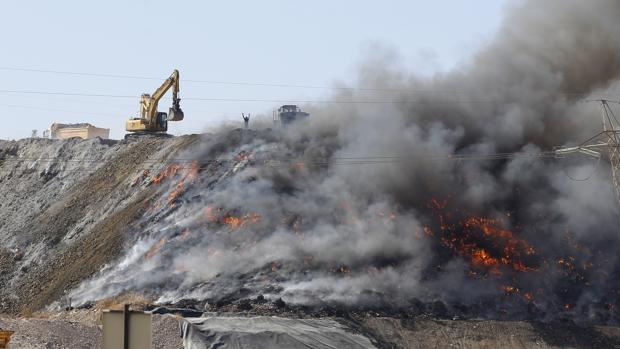 Maquinaria de Recicor ahogando con tierra el incendio de la planta