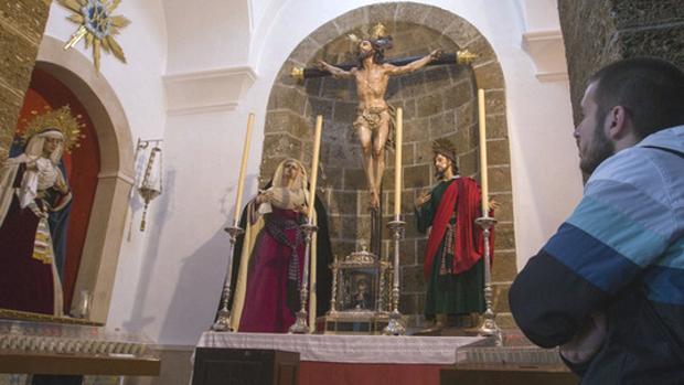 Los titulares del Perdón, en su capilla de Santa Cruz durante la pasada Semana Santa.