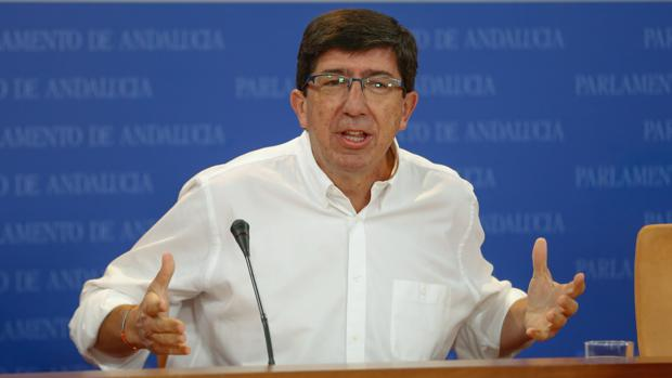 El portavoz del Grupo Parlamentario Ciudadanos, Juan Marín, en rueda de prensa