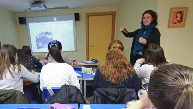 Una profesora dando clase en un colegio concertado de Sevilla