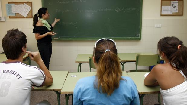 Una profesora imparte una clase de Lengua en un instituto