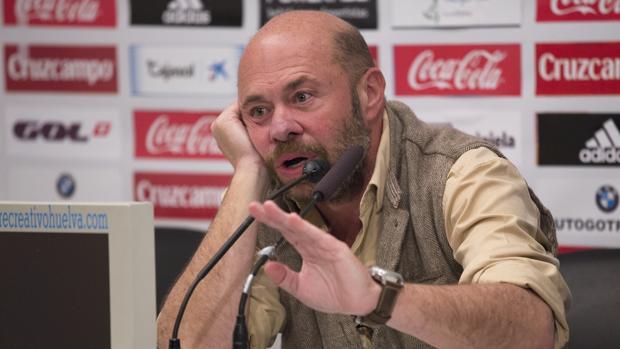 Pablo Comas-Mata, en una rueda de prensa cuando era presidente del Recreativo de Huelva