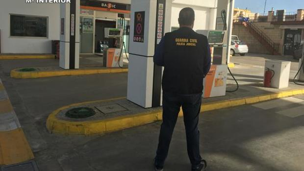 Un agente de la Guardia Civil en una gasolinera