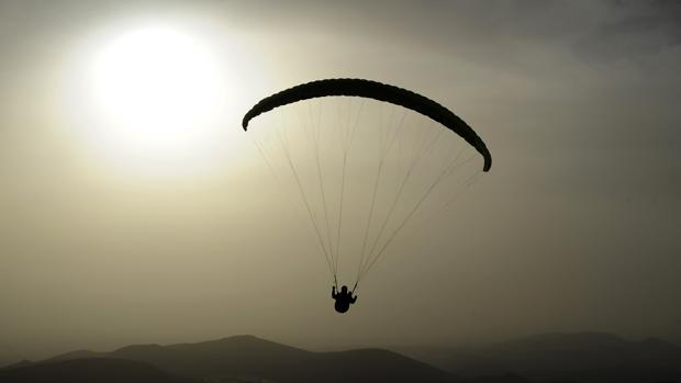 Imagen de archivo de parapente en la costa andaluza