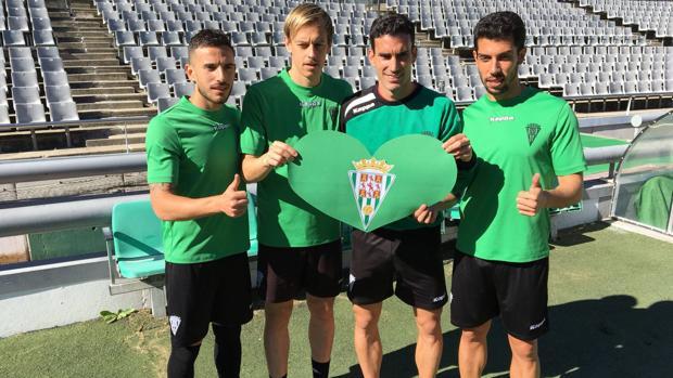 Los jugadores, con un corazón del Córdoba, en la campaña «Al Córdoba le late»