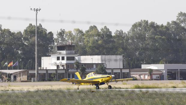 Una avioneta junto a la termina del aeropuerto de Córdoba
