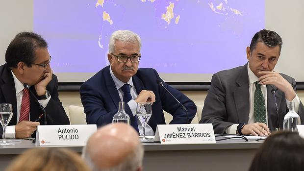 Pulido, Jiménez Barrios y Sanz, en la sesión de este miércoles sobre inmigración y seguridad