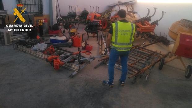 Un agente de la Guardia Civil junto al material recuperado