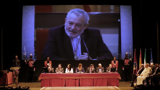 Reconocimiento a Andrés Ocaña en el acto de entrega de las medallas de la ciudad
