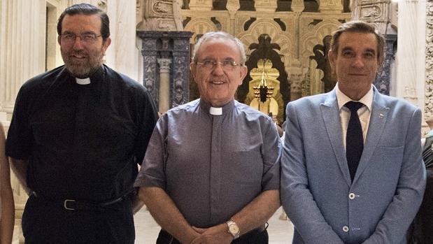 Fernando Cruz Conde, Manuel Pérez Moya y Francisco Gómez Sanmiguel, en la Mezquita-Catedral