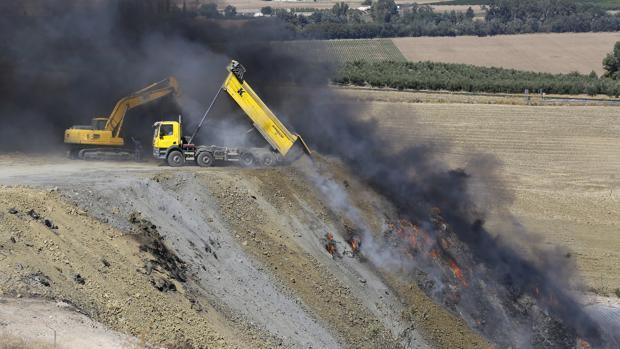 Un camión se afana en la extinción del incendio
