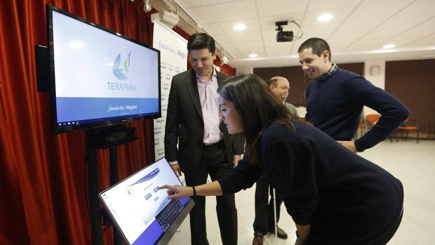 Una monitora de Acpacys maneja la nueva apliación móvil en la sede de la asociación