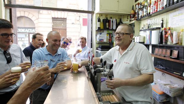 Manuel Carrasco, detrás de la barra del bar Correo