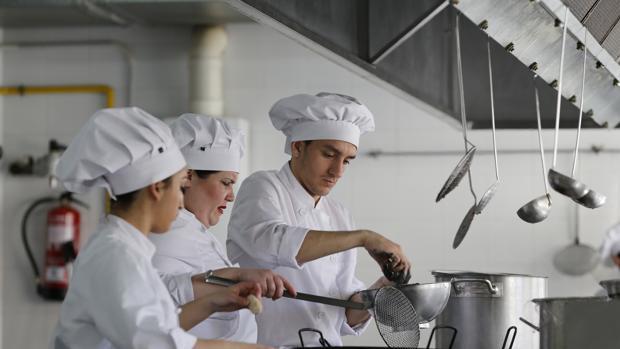 Unos jóvenes reciben un curso de formación en cocina