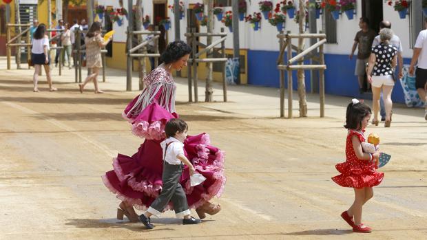 Una mujer cruza una calle durante la Feria de Nuestra Señora de la Salud