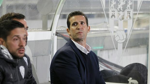 Juan Merino observa la situación desde el banquillo