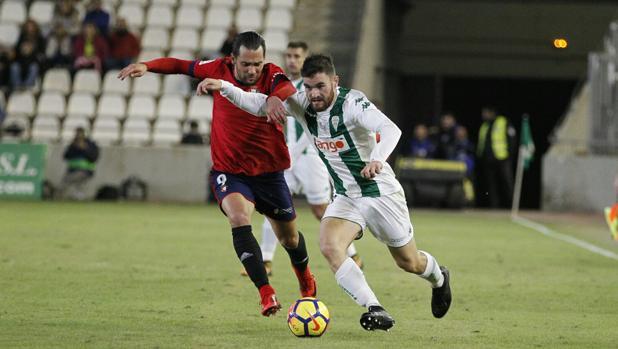 Javi Galán pugna con Quique en del Córdoba CF-Osasuna de este viernes en El Arcángel