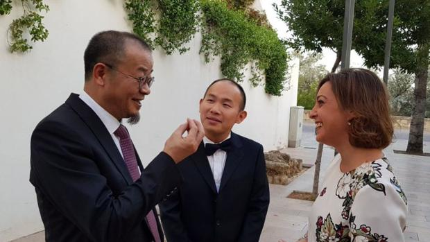 Fu Jianping junto a Tang Yinfeng y a la alcaldesa el día de apertura de «Flora»