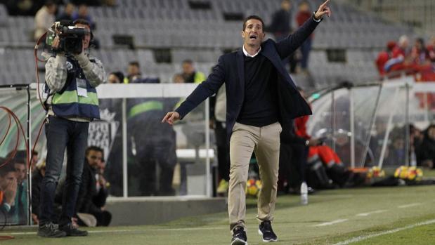 Juan Merino da indicaciones desde la banda ante Osasuna