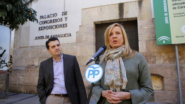 José María Bellido, junto a Rosario Alarcón, este viernes