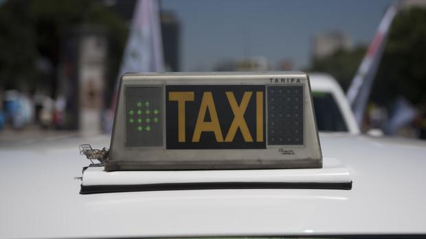 Varias personas observaron cómo un menor de edad conducía un taxi
