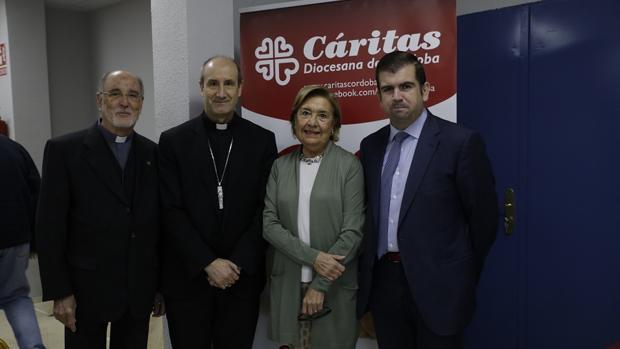 Monseñor Jesús Fernández, con los responsables de Cáritas en Córdoba