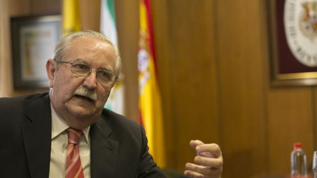 El presidente de la Organización Médico Colegial, Serafín Romero, en el Colegio de Médicos de Sevilla