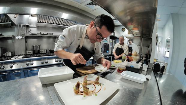 Julio Vázquez, jefe de cocina del restaurante prepara un crocante de atún
