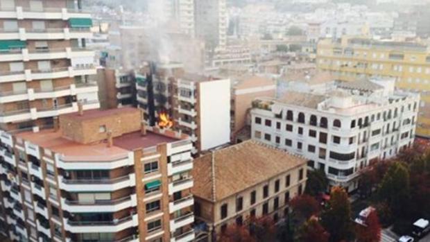 Las llamas en el edificio afectado por el incendio