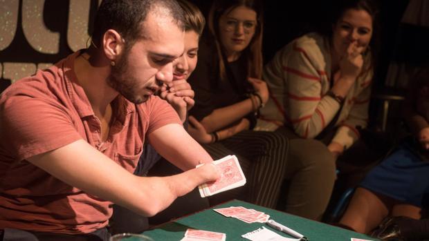 Mahdi Gilbert durante un truco de cartas