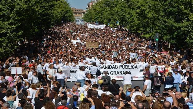 Una de las primeras manifestaciones de la marea blanca sanitaria, hace un año en Granada