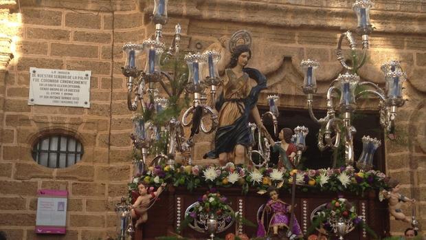 la imagen del Santo Ángel, en la procesión de 2016.